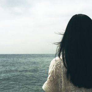 Frau_einsam_am_Meer
